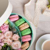 Flower box with macaron cookies