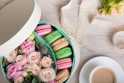 Flower box with macaron cookies