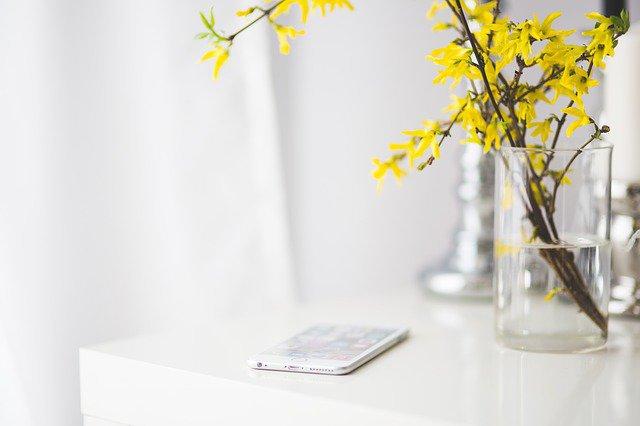 テーブルと花瓶