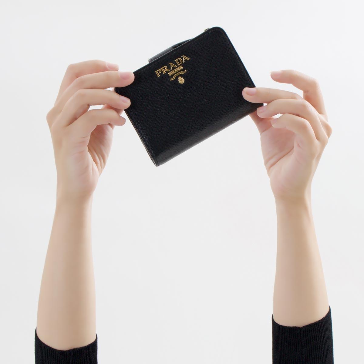 プラダの二つ折りのミニ財布